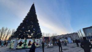 Каток, луна-парк и огромная елка: в Запорожье на Фестивальной открыли новогодний городок, — ФОТОРЕПОРТАЖ