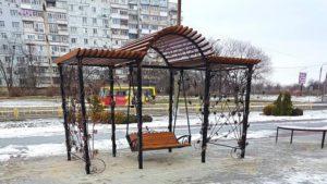 У Запоріжжі біля ДК «Хортицький» встановили лавку-гойдалку з кованою альтанкою, – ФОТО