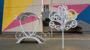 Карета любви и подкова: в Запорожье возле ДК «Хортицкий» установили новые фотозоны для молодоженов, – ФОТО