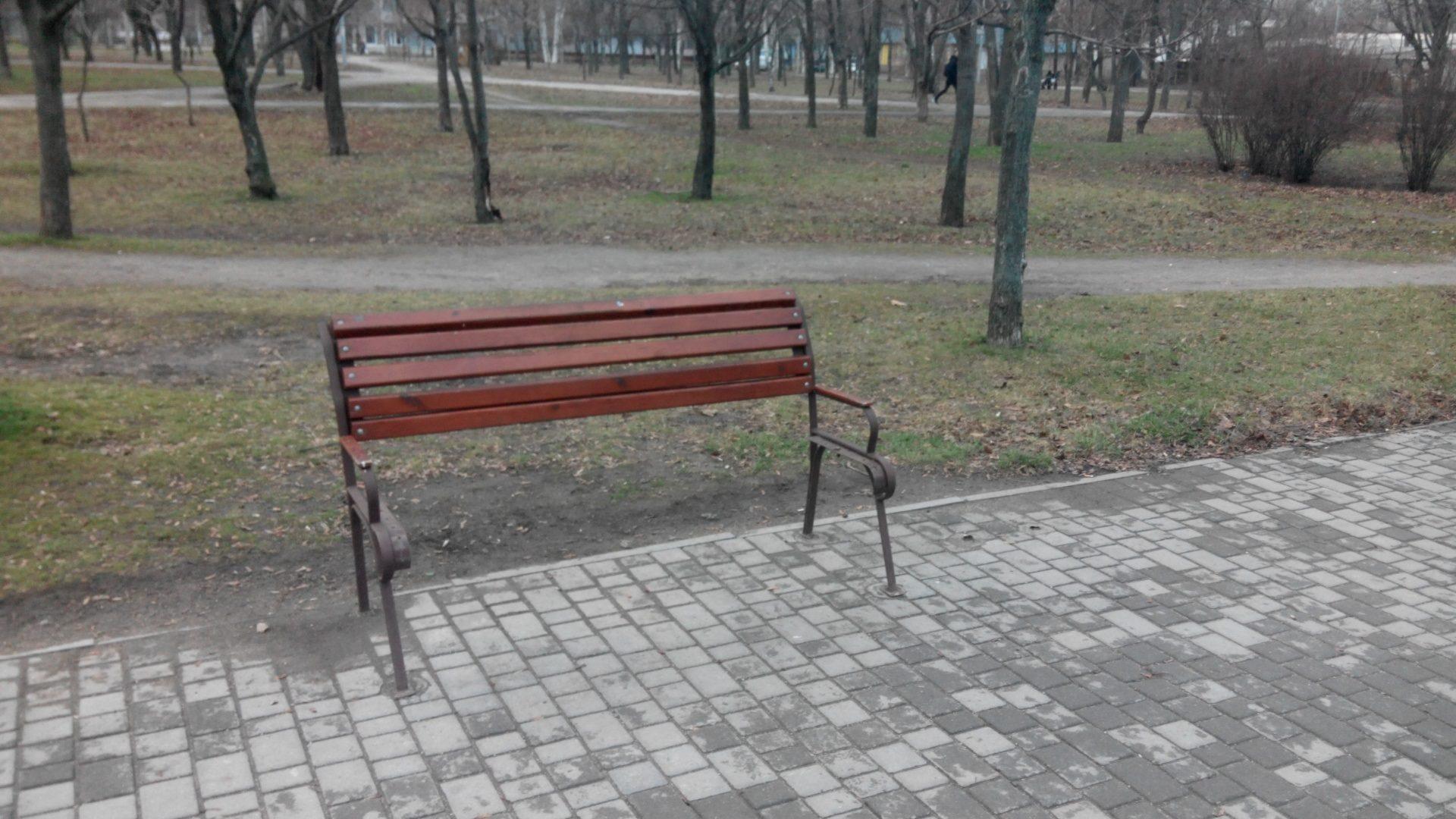 Благоустрій, який не цінують: в Запоріжжі вандали пошкодили нові лавки в парку, — ФОТО