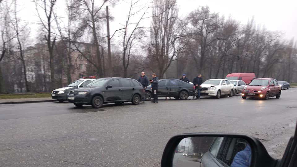 У Запоріжжі зіткнулися відразу чотири авто, — ФОТО, ВІДЕО