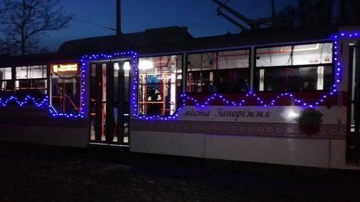 На запорожских улицах появился настоящий новогодний трамвай, — ВИДЕО