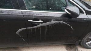 У Запоріжжі припарковані авто облили кислотою, — ФОТО