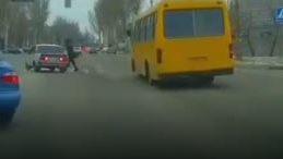 Родился в рубашке: в Запорожье пешеход чудом не попал под колеса авто, — ВИДЕО