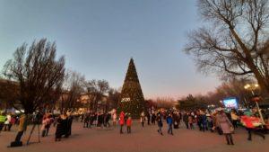 В Запорожье на площади Маяковского зажигают главную городскую ёлку, — ФОТОРЕПОРТАЖ