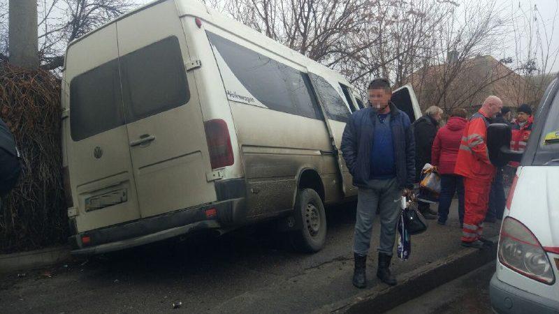В Запорожье водитель маршрутки устроил серьезное ДТП: пострадала пассажирка, – ФОТО