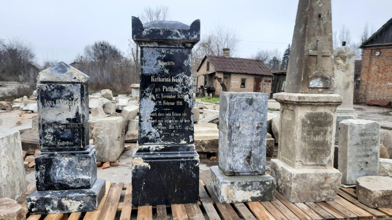 В Запорожье в фундаменте амбара обнаружили меннонитские надгробия: идентифицировали уже почти 100 людей, – ФОТОРЕПОРТАЖ