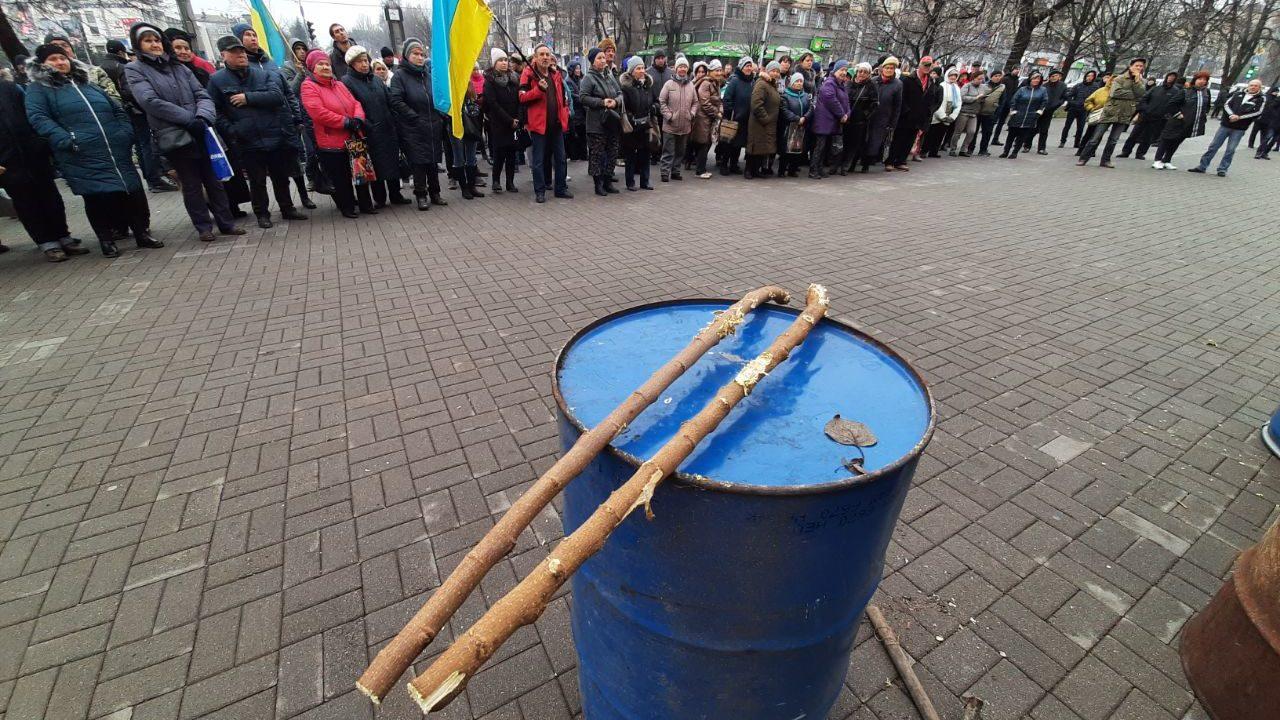 В Запорожье перед мэрией снова митингуют рыночники со стихийной ярмарки перед цирком, – ФОТО