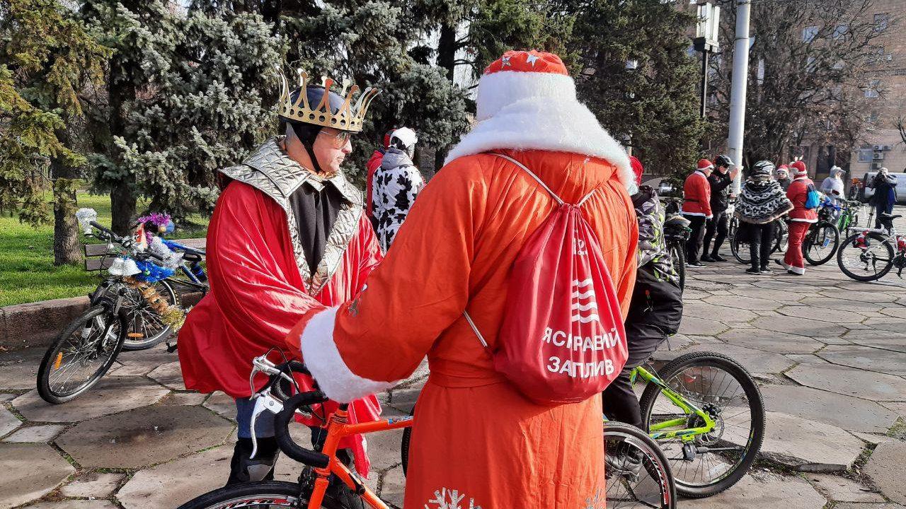 В Запорожье Деды Морозы пересели на велосипеды и устроили праздничный велопробег, — ФОТОРЕПОРТАЖ, ВИДЕО
