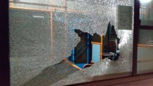 У вікно – цеглою: в Запоріжжі під час рейсу нового маршруту на Кічкасі автобусу розбили скло, – ФОТО