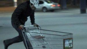 В Запорожье мужчина похитил тележку из супермаркета и попал под суд