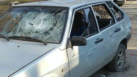 В Запоріжжі чоловік порубав автівку сокирою, — ФОТО