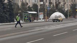 В центрі Запоріжжя чоловік скинув на залізничне полотно живу собаку, — ФОТО