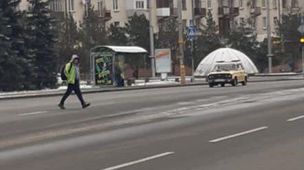 В центре Запорожья мужчина сбросил на железнодорожное полотно живую собаку, — ФОТО