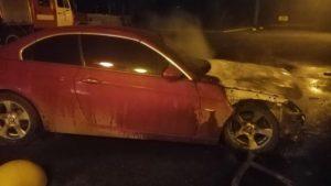 В центральной части Запорожья подожгли авто: в интернете показали видео
