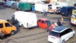 В Запорожье трамвай застрял на дороге из-за машины на рельсах, — ВИДЕО