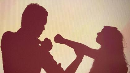 В запорожском кафе мужчина неожиданно ударил девушку: