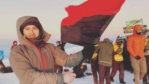 Запорожец в Африке поднял флаг УПА на высоту почти 6 тысяч метров, - ФОТО