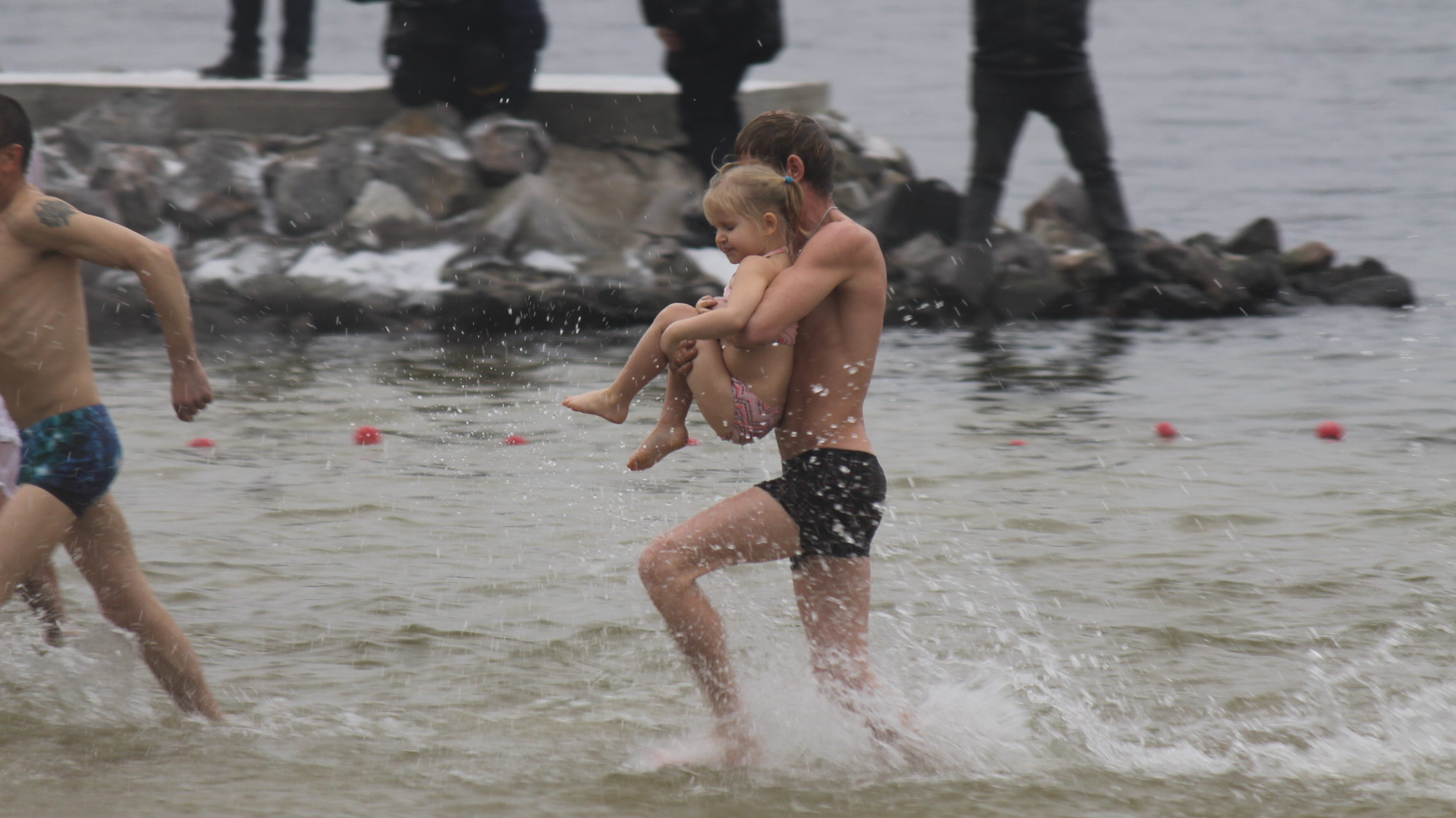 У Запоріжжі на Правобережному пляжі сотні людей пірнали у води Дніпра, – ФОТОРЕПОРТАЖ