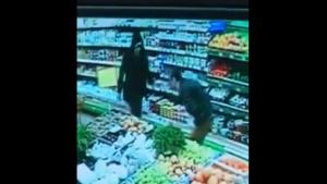 Ударил в грудь ножом: в запорожском супермаркете чуть не зарезали сотрудника, – ВИДЕО