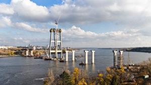 Сначала перенесли, а тепер пристановили: тендер на строительство запорожских мостов не состоялся