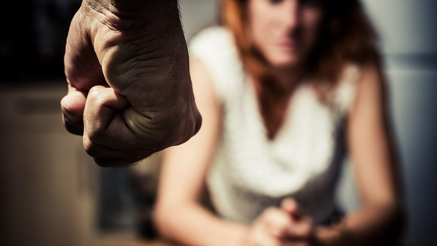 В Запорожской области пьяный домашний тиран угрожал убить сожительницу и напал с ножом на полицейского