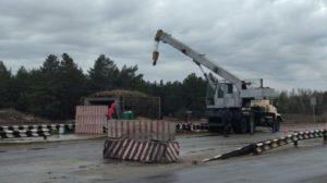 На подъезде к Энергодару демонтируют бетонные блоки на блокпосту