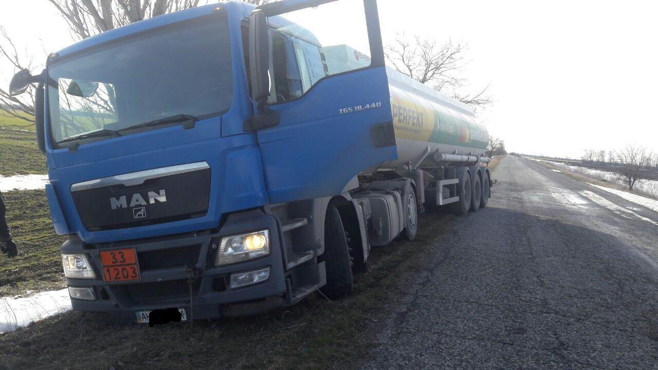 На Запоріжжі через негоду дві вантажівки злетіли у кювет, – ФОТО
