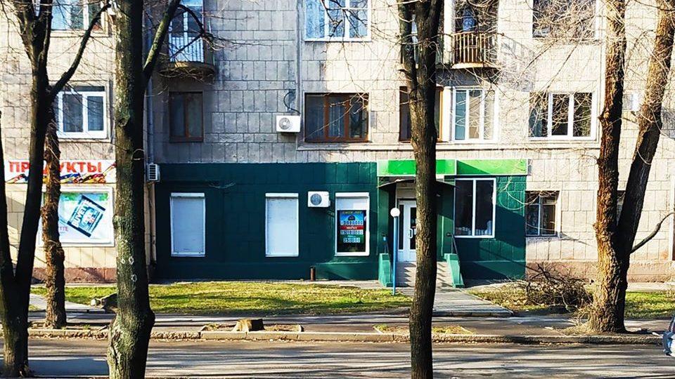 Зелений магазин: власниця приміщення в історичному будинку перефарбує фасад в автентичний колір