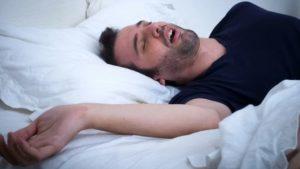 Наче сцена з фільму: мешканка Токмака знайшла у власному ліжку незнайомого чоловіка напідпитку