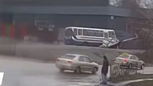 В Днепропетровской области прямо во время движения скончался водитель школьного автобуса, - ВИДЕО