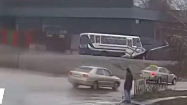 В Дніпропетровській області прямо під час руху помер водій шкільного автобусу, — ВІДЕО