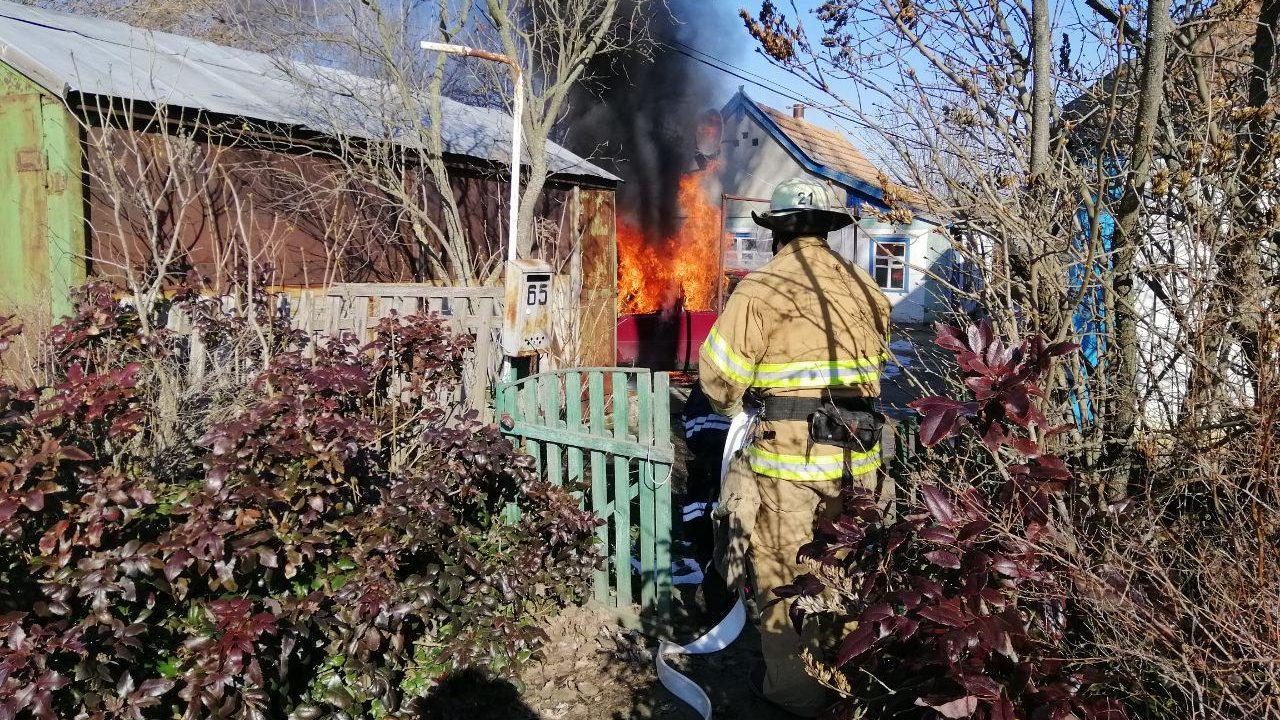 В Пологах рятувальники загасили палаючу автівку, — ФОТО
