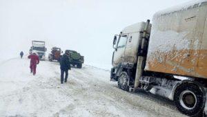 Автомобілістів попереджають: траса Запоріжжя-Дніпро перетворилася на скло, — ФОТО