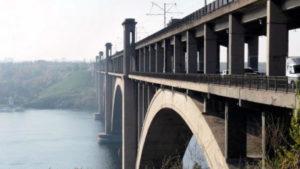 В Запорожье подвыпивший мужчина собирался спрыгнуть с моста Преображенского, – ВИДЕО
