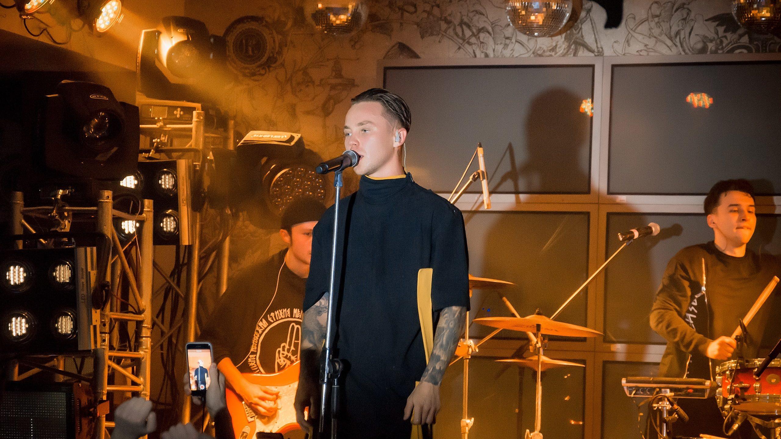 В Запорожье с новым экшн-шоу выступит популярный певец Артем Пивоваров