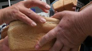 Битва за хлеб: жители городка в Запорожской области ежедневно толкаются за хлеб, — ВИДЕО