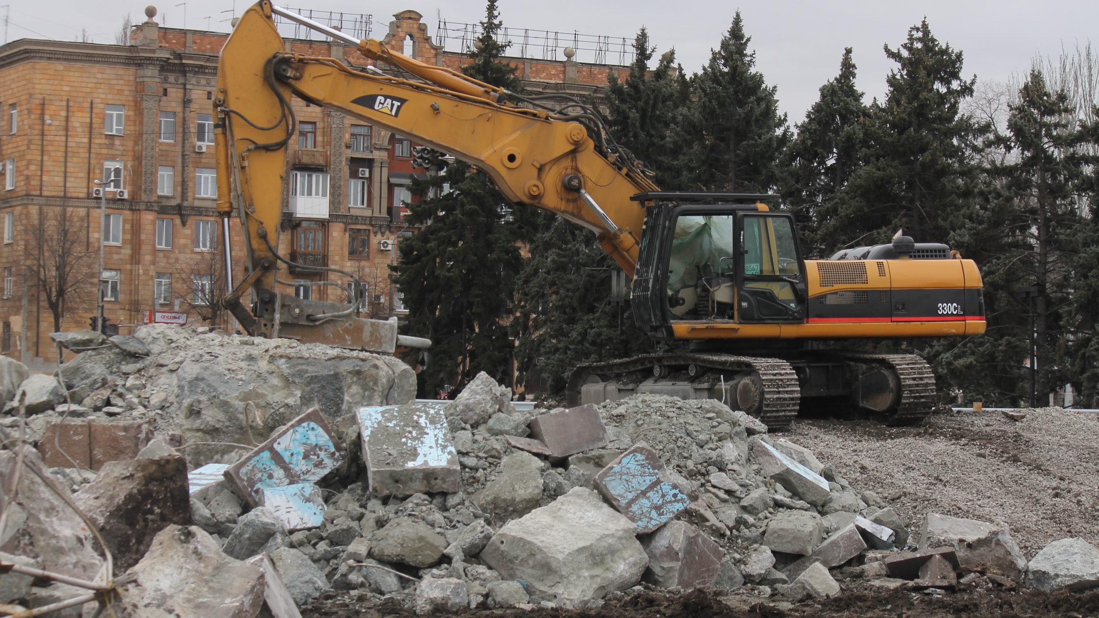 На площади Запорожской полностью снесли постамент Ленина, – ФОТОРЕПОРТАЖ