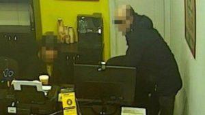 В Запорожье мужчина с ножом ограбил кредит-кафе, — ФОТО