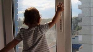 Один вдома: у Запоріжжі на Космосі дитина на балконі кликала матір