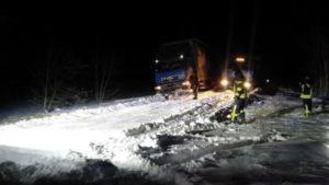 Снігові замети: за добу запорізькі рятувальники звільнили з полону 36 авто, — ФОТО, ВІДЕО