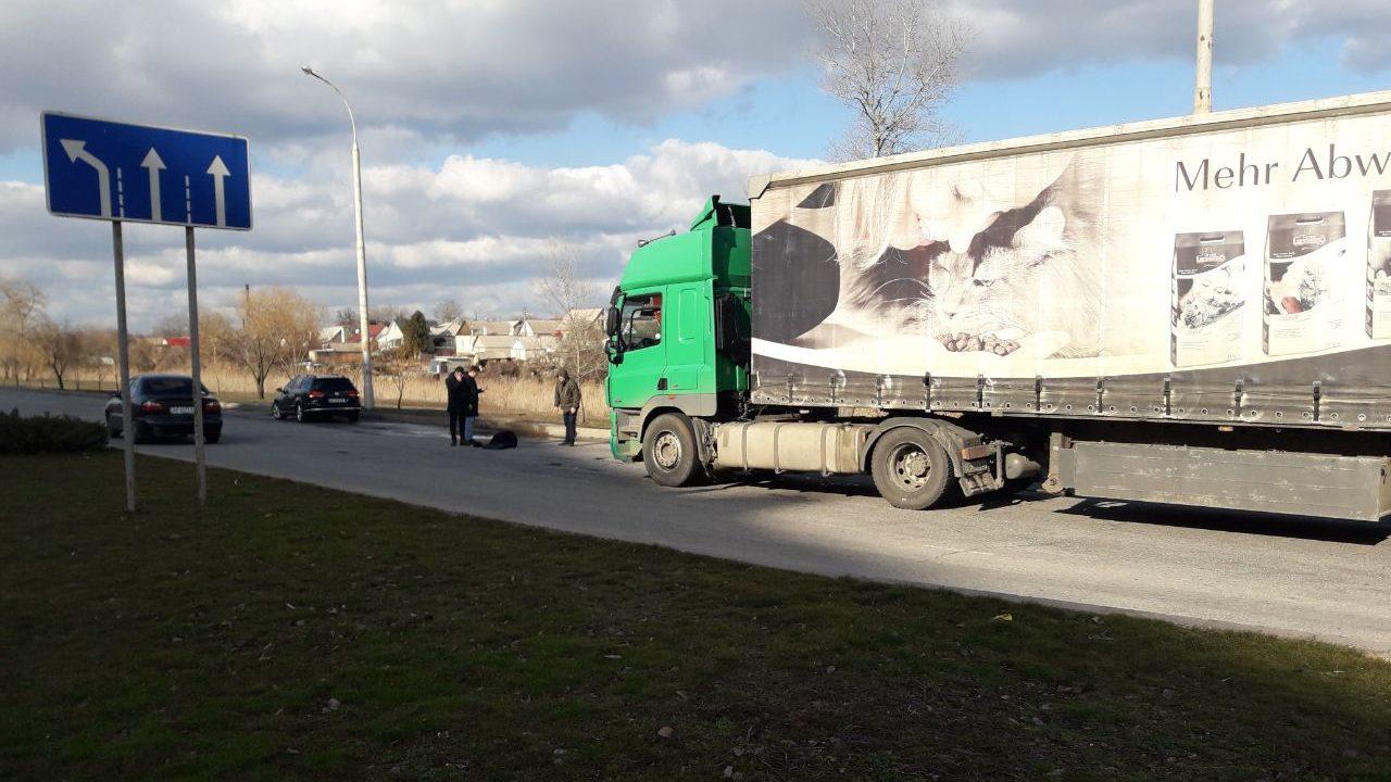 В Запоріжжі фура збила чоловіка, – ФОТО (18+)