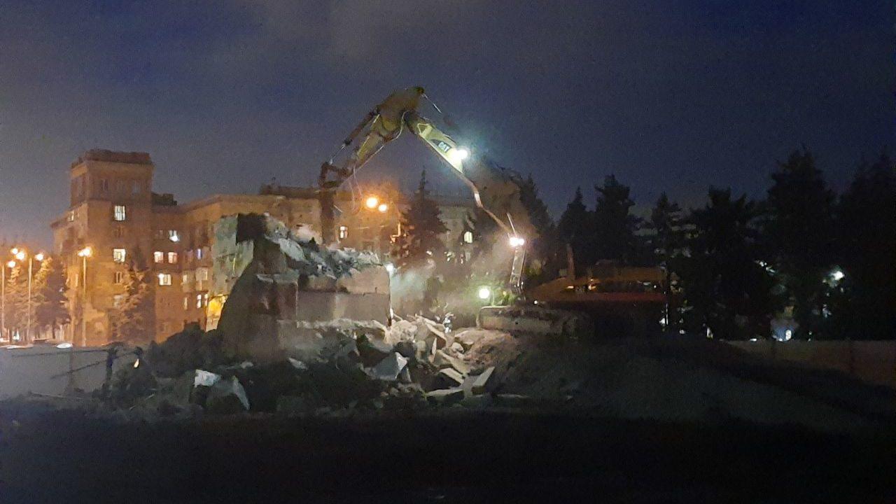 В Запорожье в темноте демонтируют постамент, на котором стоял памятник Ленину, – ВИДЕО