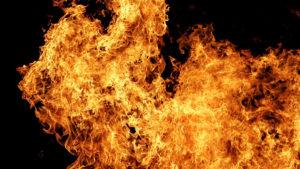 В Веселом произошел пожар: до приезда спасателей из дыма вывели человека