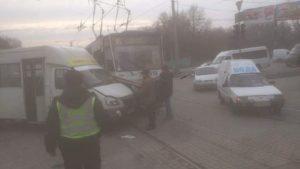 В центре Запорожья трамвай протаранил маршрутку, – ФОТО
