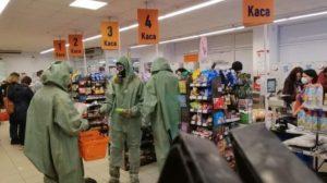 Вірус не пройде: в енергодарський супермаркет прийшли покупці у захисних костюмах, — ФОТО
