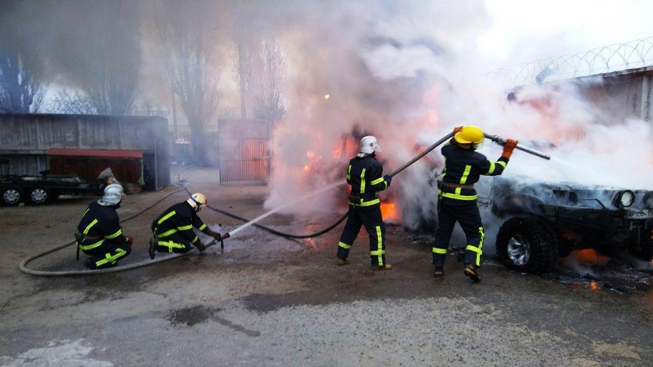 В Мелітополі згоріло дві автівки, які були припарковані поруч, — ФОТО