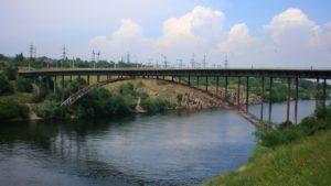 В Запорожье мужчина упал с моста на бетон
