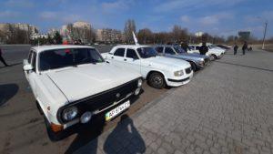Квіти для жінок і автопробіг: у Запоріжжі власники автомобілів «Волга» влаштували святковий флешмоб до 8 Березня, — ФОТОРЕПОРТАЖ