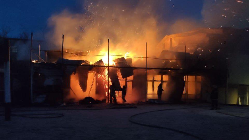 В Запорізькій області десятеро рятувальників гасили пожежу в господарчій споруді